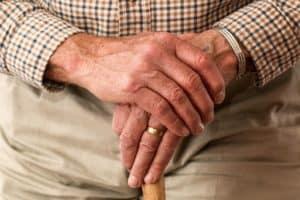 איש מבוגר מחזיק מקל