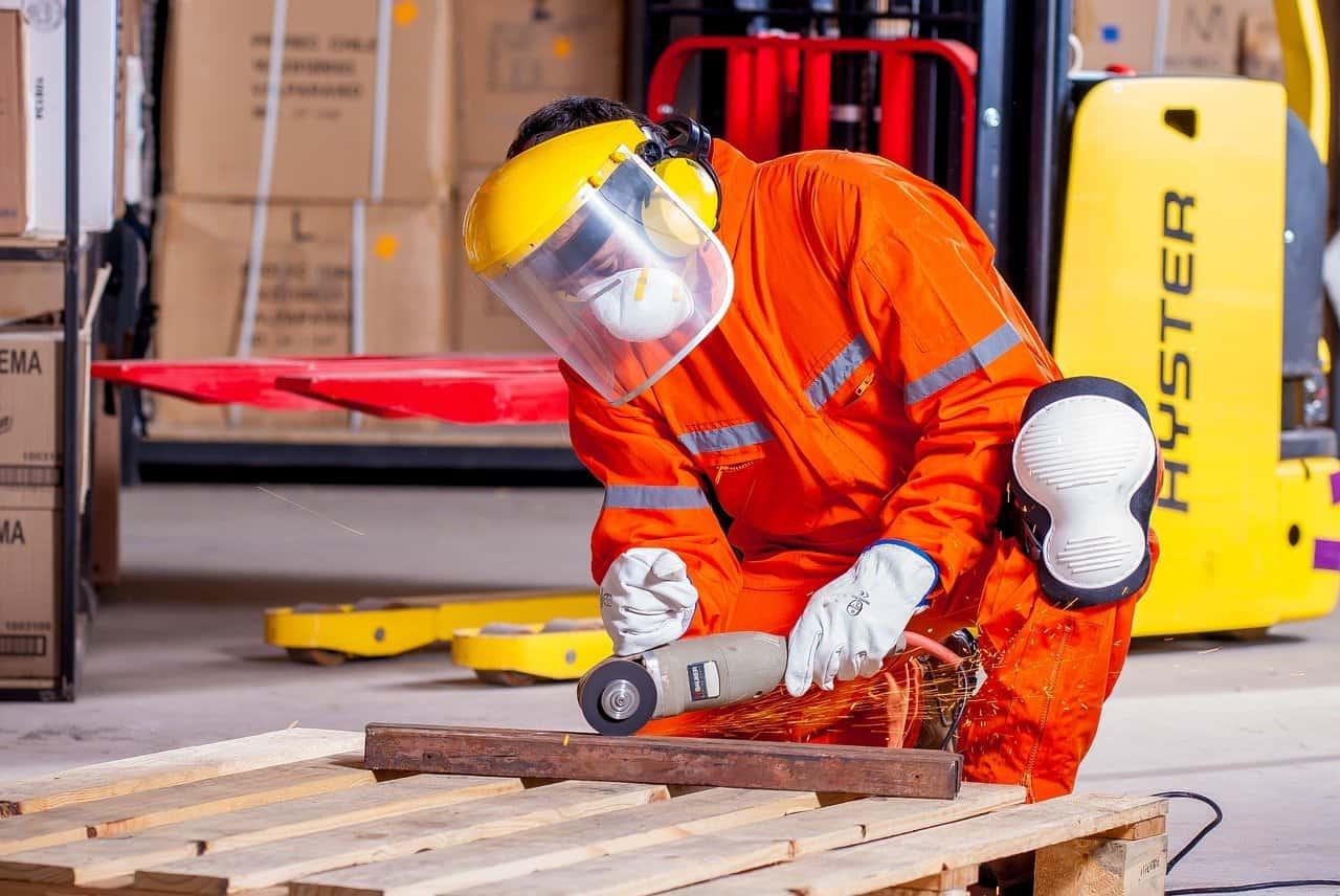 בעל מקצוע באמצע עבודה